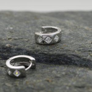 Γυναικεία σκουλαρίκια κρεμαστά μικρά από ανοξείδωτο ατσάλι με strass ρόμβο.