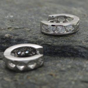 Γυναικεία σκουλαρίκια κρεμαστά μικρά με strass στρογγυλό.