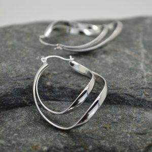 Γυναικεία σκουλαρίκια κυματιστά από ανοξείδωτο ατσάλι.